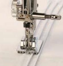 Небольшие защипы двойной иглой очень легко можно выполнить с помощью лапки с желобками на подошве